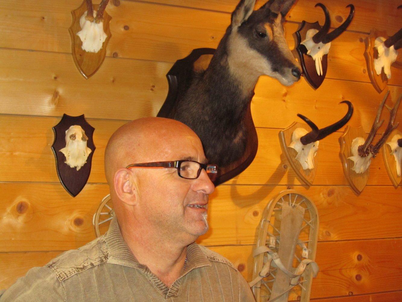 Portrait d'un chasseur à l'approche du chamois!